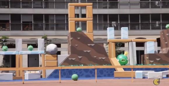 Angry Birds em tamanho real aonde os porcos explodem deverdade