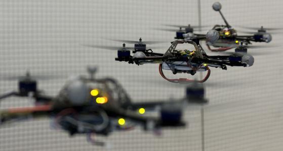 quadricopteros voando