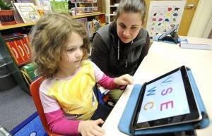 Criança usando iPad