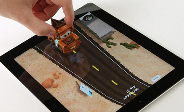 Jogando Carros da Disney no iPad