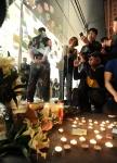 Fãs fazem memorial em São Francisco para homenagear Jobs.
