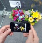 Fãs deixam flores na frente de uma Apple Store para prestar homenagem.