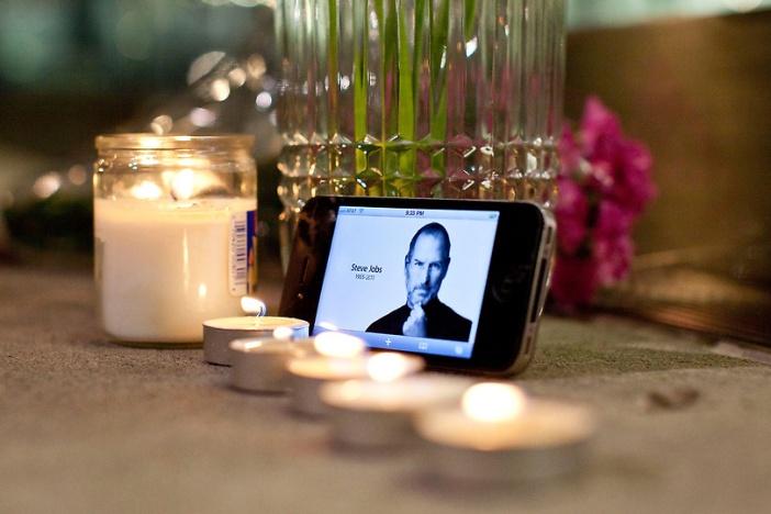 Fã acende velas para Steve Jobs após saber da sua morte
