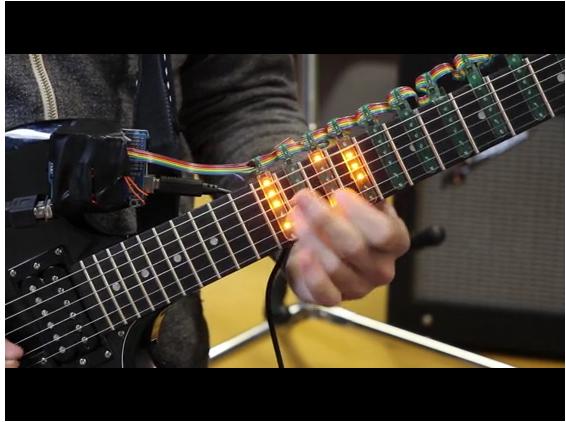 Para ajudar a fazer os acordes, o acessório Tabber adiciona LEDs na sua guitarra que irão acender de acordo com amúsica